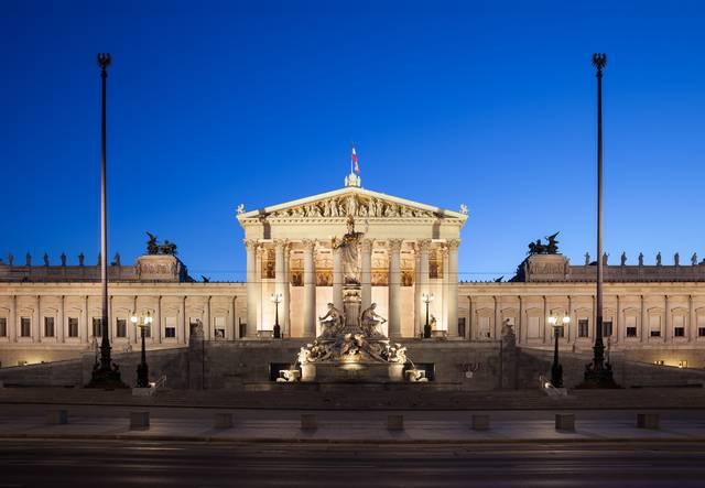 夕暮れ時にウィーンのオーストリア議会