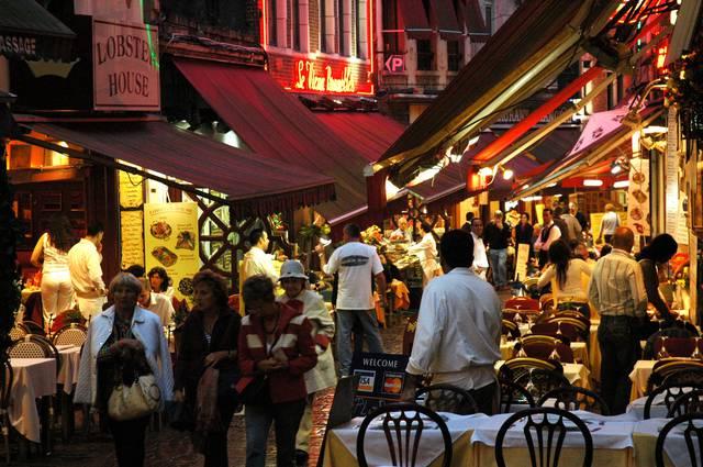 Rue des Bouchers-Beenhouwerstraat, bustling on a Saturday night